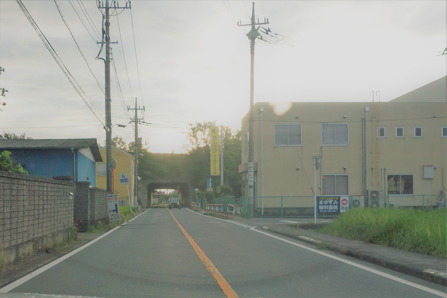 医院北の道 西から